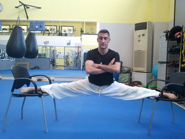 Alan Bacci on 2012-09-15 does mokuso in hanging side split to show full recovery from pubalgia